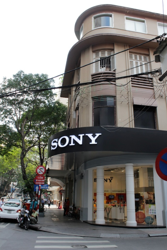 This is where the famous Brodard Cafe, famous for its Viennese pastries, used to sit in the 50s.  Up until very recently, it was still here, albeit run by the Gloria Jean Coffee company. It has now become a Sony store.