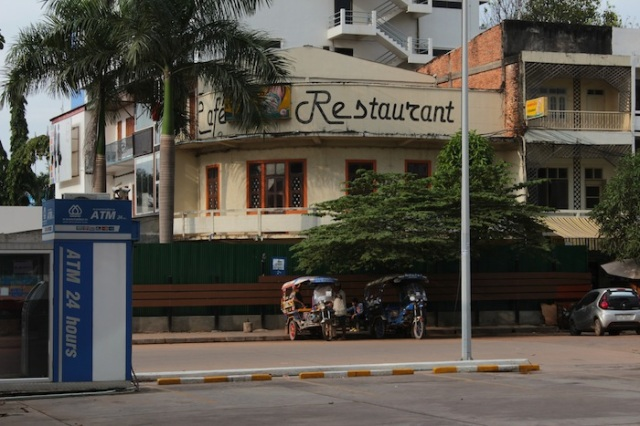 Café Restaurant, and tuk-tuks in the foreground, Thanon Setthathirat