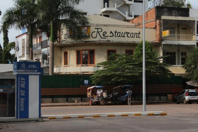 Café Restaurant, and tuk-tuks in the foreground, Thanon Setthathirat