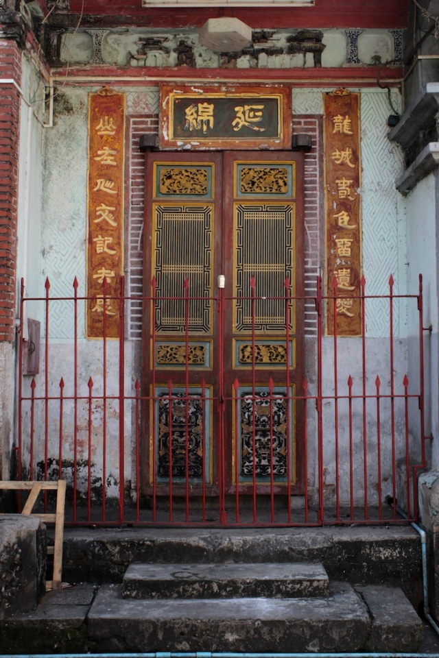 Ornate façade of the Liao San Tao Temple (龍山堂), Latha Road.