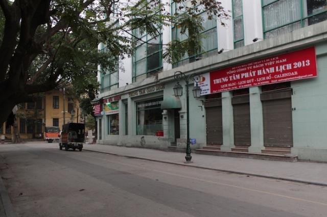 Silent street just off Tràng Tiền.