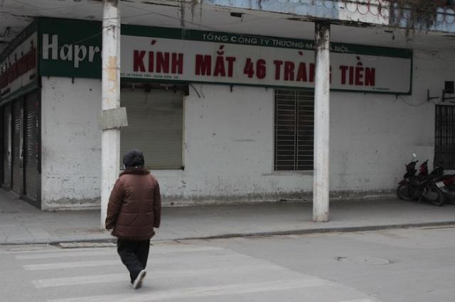Stroll down Tràng Tiền at dawn.