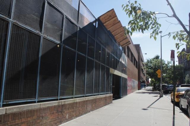 32 – The contemporary façade of the P.S. 153.