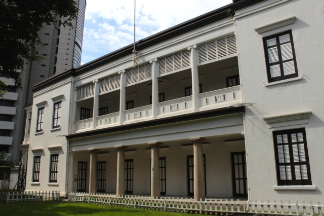 Flagstaff House (1846), formerly the residence of the Commander of the British Armed Forces.  Today it is a Tea Museum located in Hong Kong Park.
