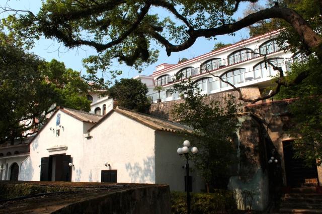 The main facade of the Pousada de São Tiago, with its Chapel.