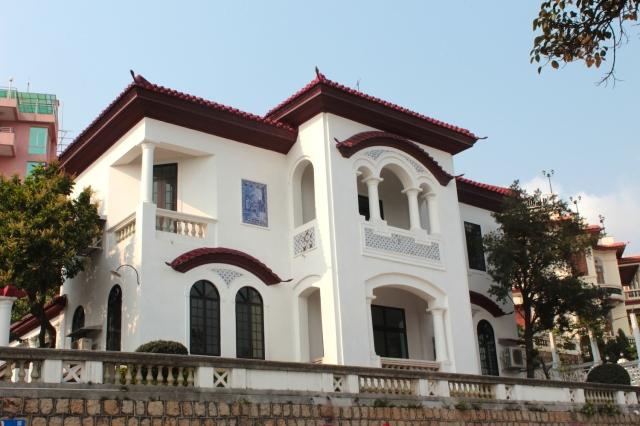 Here is another example of a villa along Avenida da Republica.