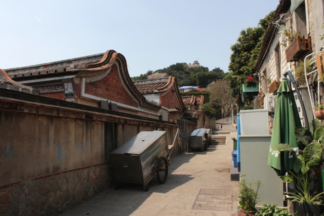 Traditional Min-nan 閩南style houses  四落大厝 (1900s) to the left.  In the distance is  the Sunlight Rock 日光岩 - the highest point in Gulangyu.