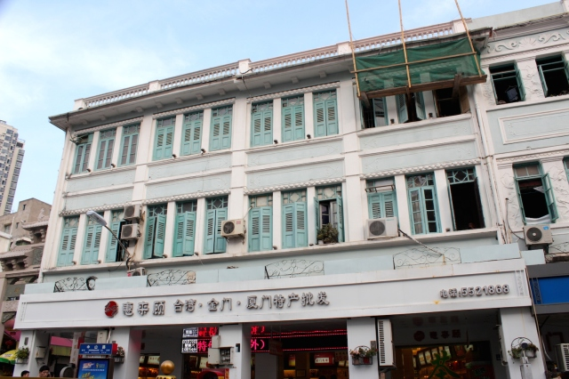 Traditional shophouse architecture at the end of Zhongshan Road. This is something that could have been found in Singapore or Penang.