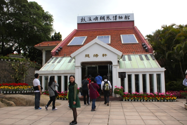 The Gulangyu Piano Museum is another attraction popular with foreign tourists, established by an Australian Chinese in his ancestral home.