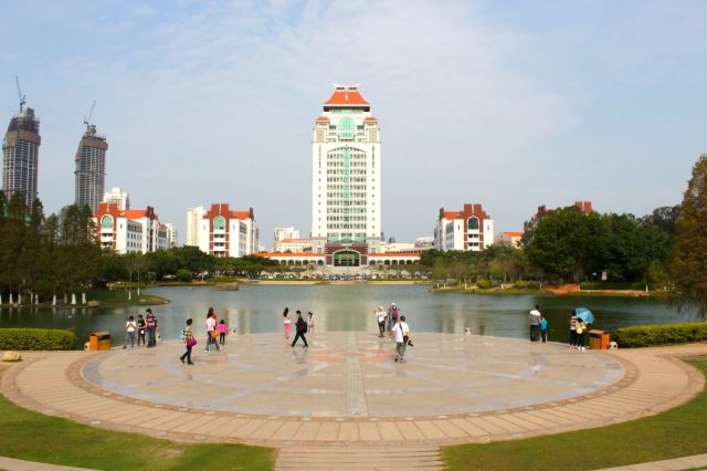 The High-rise Kah Kee Tower 3, surrounded by Kah Kee Towers 1, 2, 4 and 5, presides over Furong Lake 芙蓉湖.
