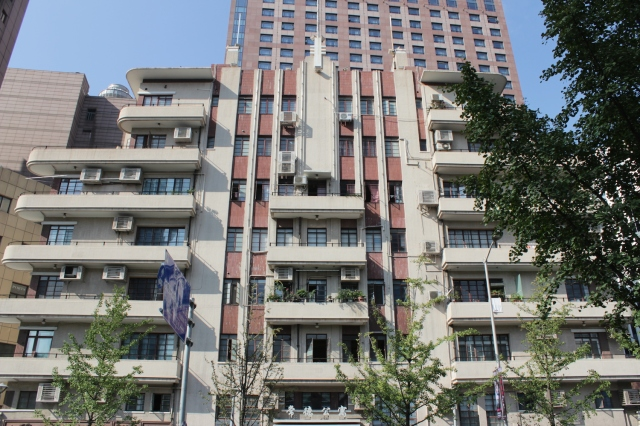 Eddington House is an art deco apartment complex in the Jingan Temple Area.  It was built in 1935 and is famous for housing the apartment of Shanghai's foremost author, Eileen Chang 張愛玲.