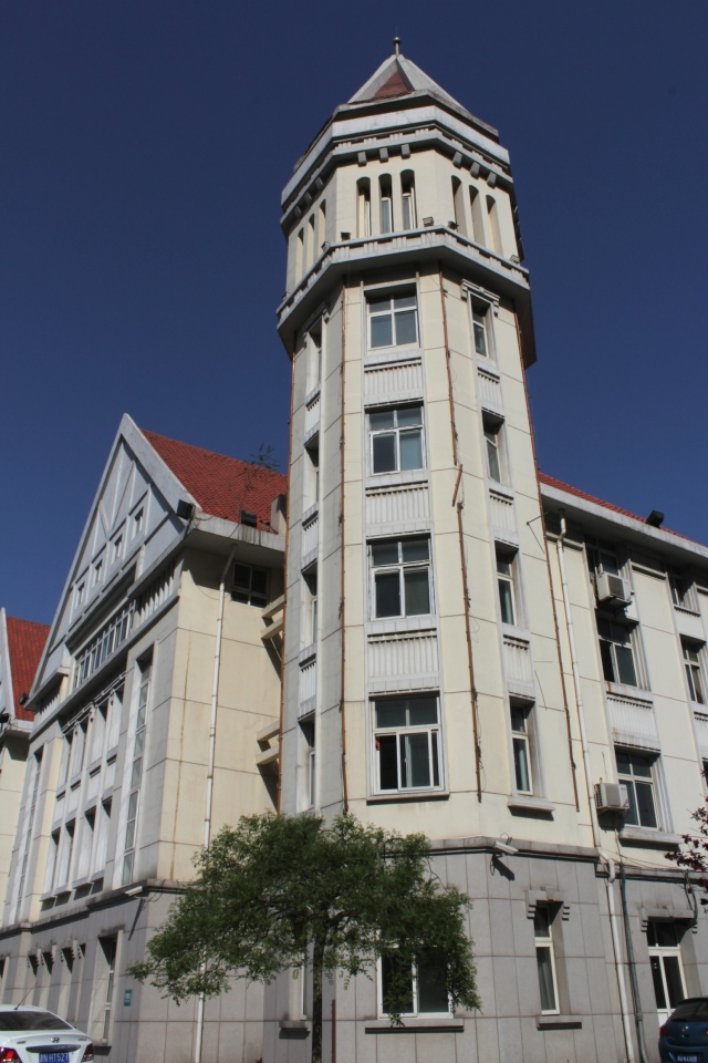 Machang Avenue has the most monumental and opulent buildings.