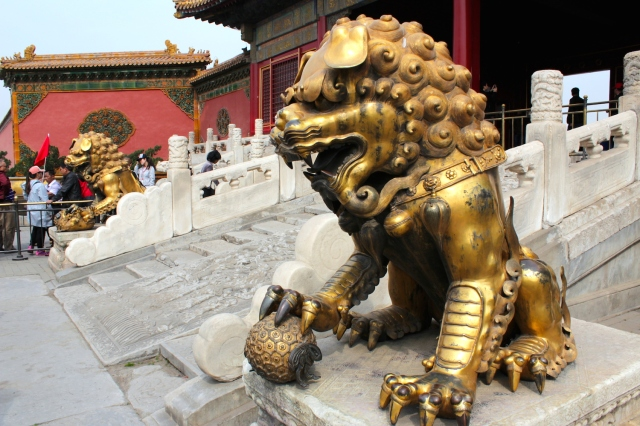 A pair of bronze lions standing guard at the Gate of Heavenly Purity 乾清門.