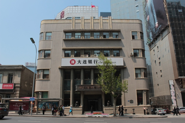 Just off the square is the former Bank of Taiwan 台灣銀行, built in 1910.