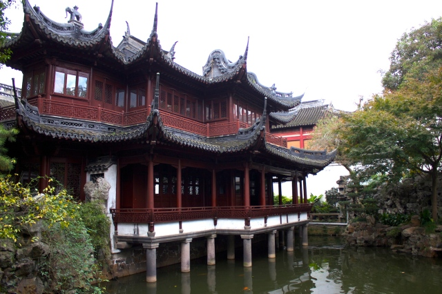 Pavilion on an artificial lake, Yuyuan.  仰山堂