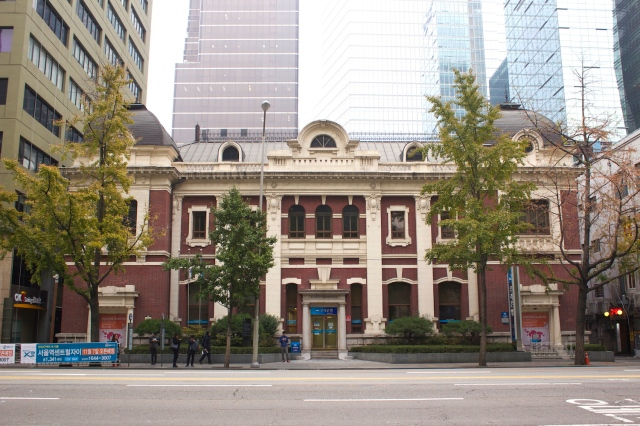 The Old Woori Bank Building was built in 1909 and is one of the oldest colonial buildings in downtown Seoul.