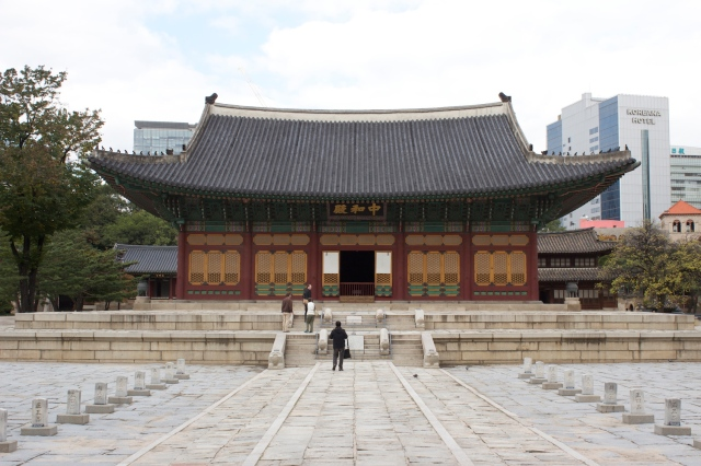 One of the traditional palace structures in the Deoksugung.