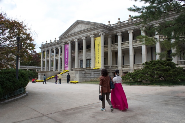 Lady in Hanbok at the Deoksugung Palace 德壽宮, the residence of choice of the Daehan Emperors.  Note the European style architecture of the palace.