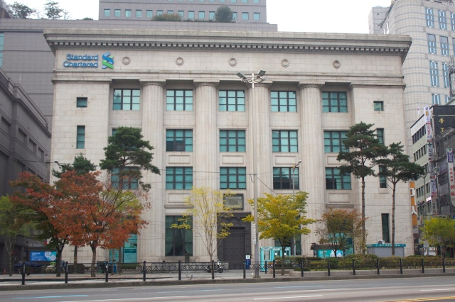 The former Korea First Bank was built in 1933 and is today's Standard Chartered Bank.