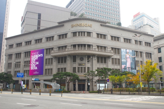 The Shinsegae Department Store was formerly the Mitsukoshi Department Store, built in 1930.
