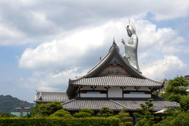 The surreal vision of a massive Kwannon, or Goddess of Mercy at the Fukusai-ji 福濟寺 (not along the Teramachi but worth a visit).  Many of the temples in Nagasaki were destroyed by the atomic bomb, but have been reconstructed or rebuilt.