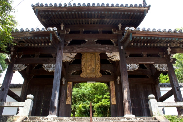 The entrance to Shofuku-ji 聖福寺, built in 1677.