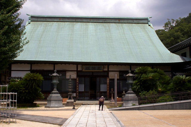 The side temple of Kotai-ji, and an elderly pilgrim.