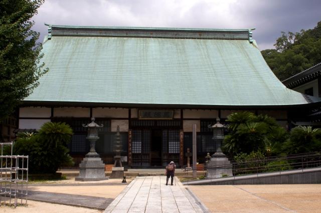 The side temple of Kotai-ji, and an elderly pilgrim.