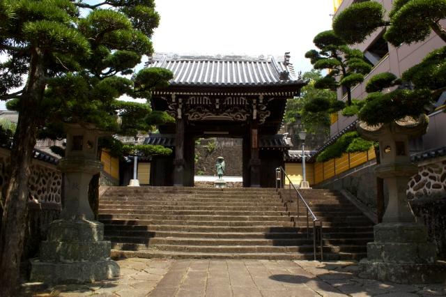 Daiko-ji 大光寺 had the most dramatic entranceway.