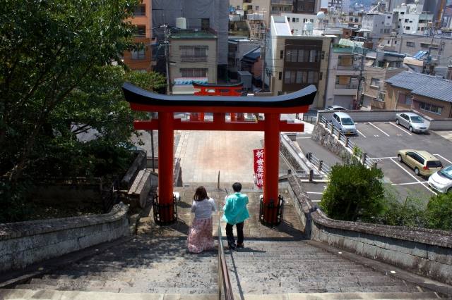 Couple leaving the Yasaka Shrine.