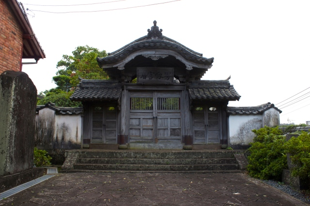 An ancient doorway in the Koofukuji complex.