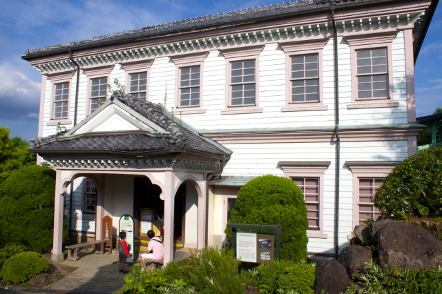 The former residence of the President of the Nagasaki District Court (1883) has a distinctly East-West architecture.