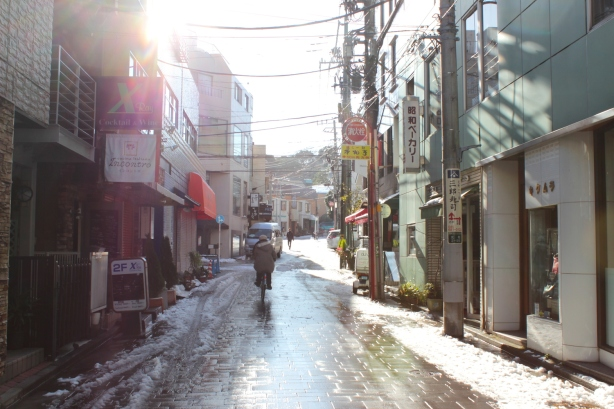 The way to Yamate 山手 is through the district of Motomachi 元町.