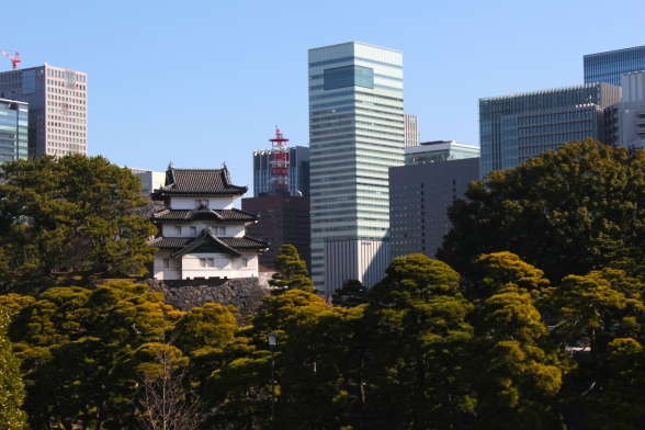 View of the Fujimi Yagura juxtaposed against the contemporary skyline of Chiyoda, Tokyo.