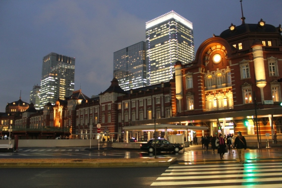View of the Tokyo Station from the right - the Hotel occupies the top floors of the entire structure.