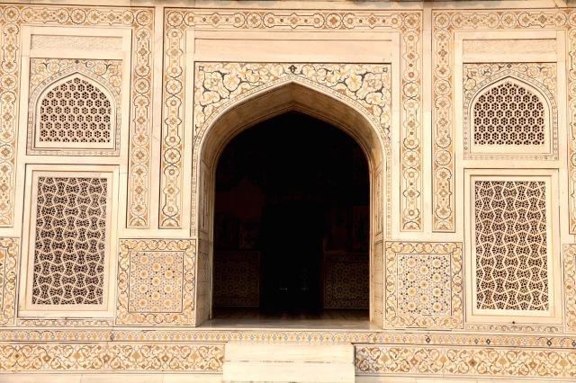 24 - Detail door