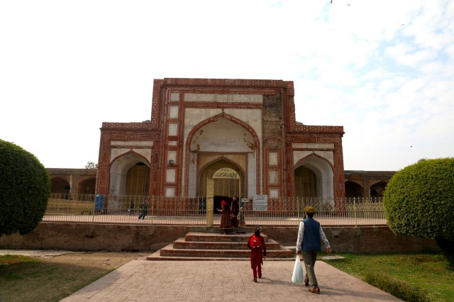 15 - Towards mosque
